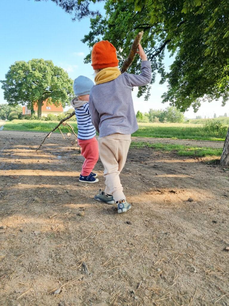 Zwei Kinder in Wollhosen