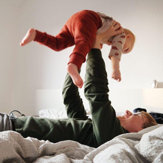 Papa mit Kind in Wollhose